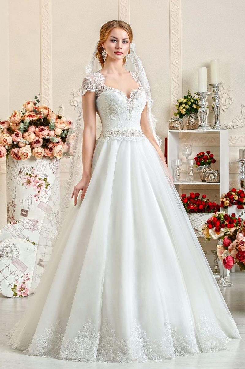Свадебное платье А-силуэта с элегантным лифом и кружевными рукавами.