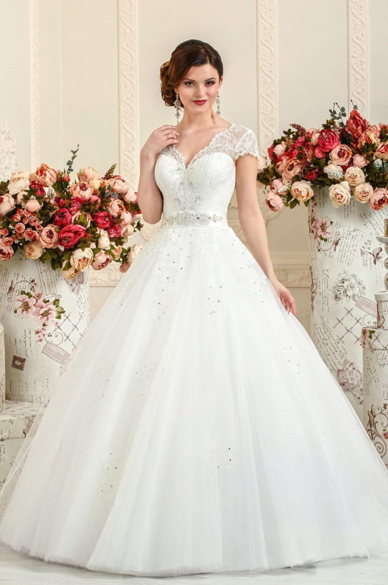 Свадебное платье «принцесса» с атласным поясом и кружевными рукавами.