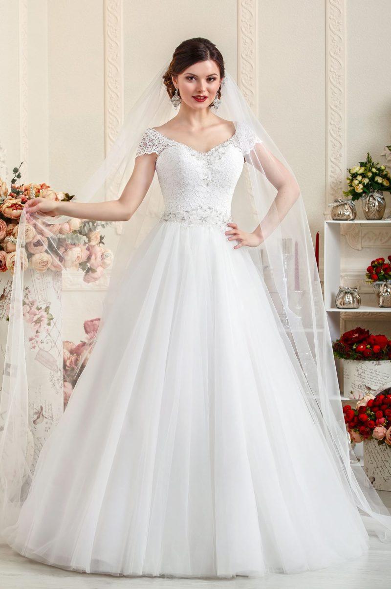 Свадебное платье «принцесса» с открытым декольте, дополненным кружевными бретелями.