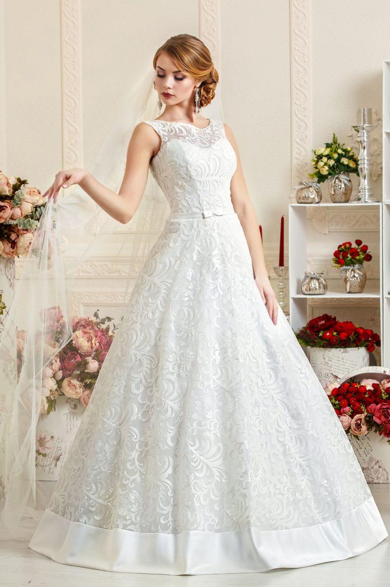Свадебное платье «принцесса» с закрытым лифом и фактурной отделкой.