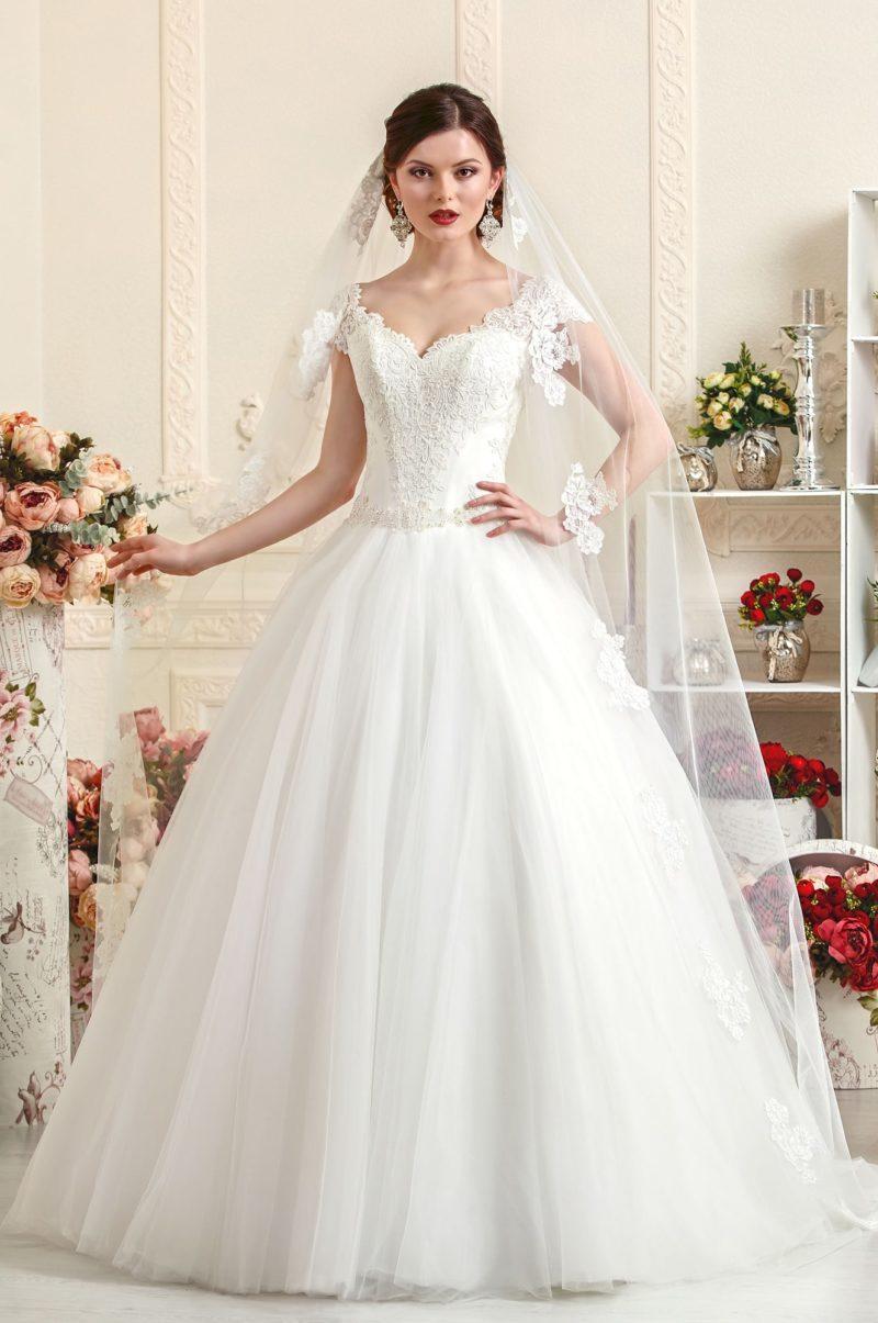Свадебное платье с покрытым кружевной тканью открытым корсетом.