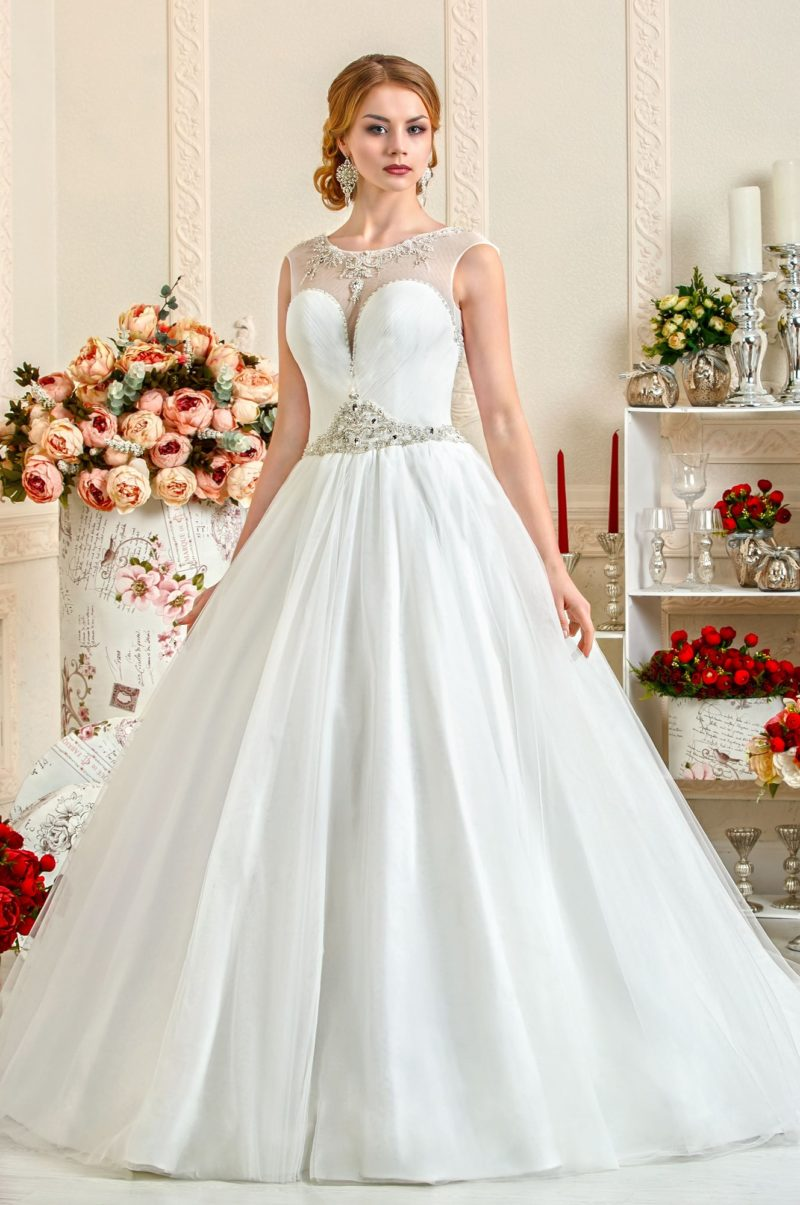 Свадебное платье А-силуэта с глубоким вырезом в форме сердца и глянцевой юбкой.