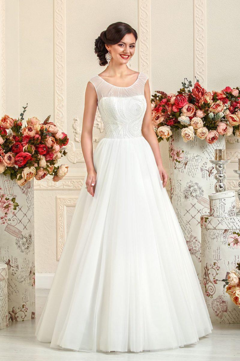 Сдержанное свадебное платье силуэта «принцесса» с округлым декольте.
