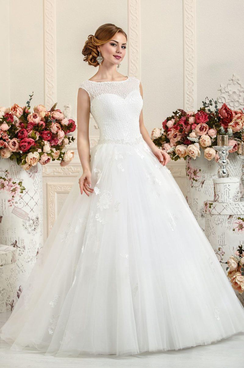 Закрытое свадебное платье с отделкой из вышивки и кружев.