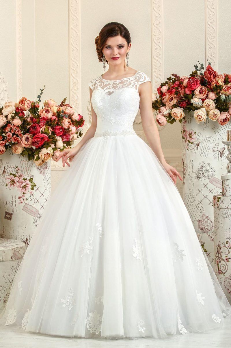 Свадебное платье «принцесса» с вставкой с крупным ажурным рисунком над лифом.