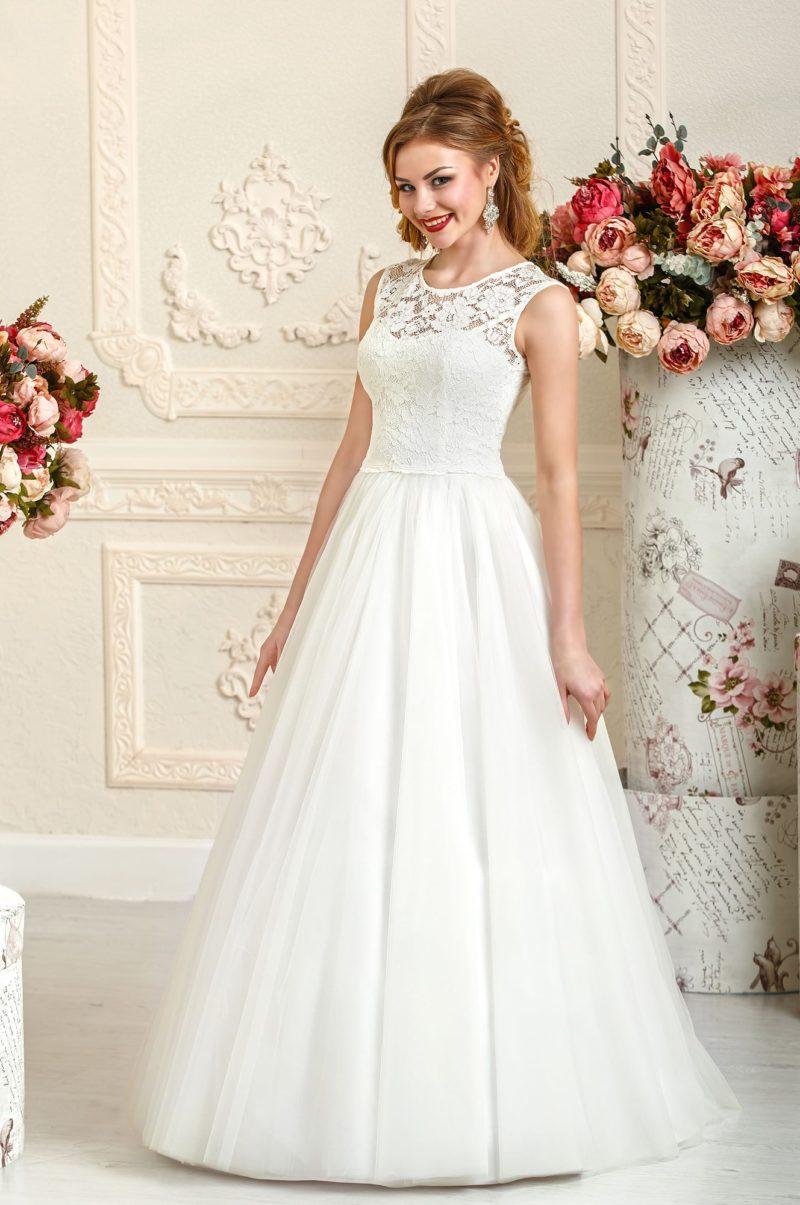 Закрытое свадебное платье с элегантной кружевной отделкой верха.