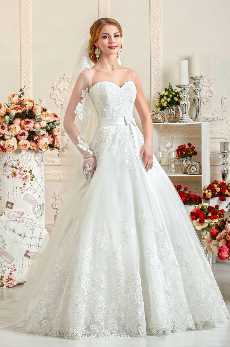 Открытое свадебное платье А-силуэта из атласной ткани с кружевной отделкой.