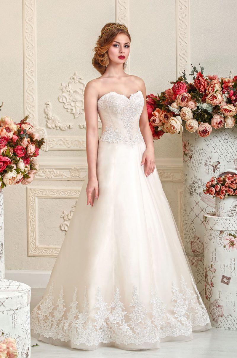 Свадебное платье из золотистой ткани с отделкой из кружев.