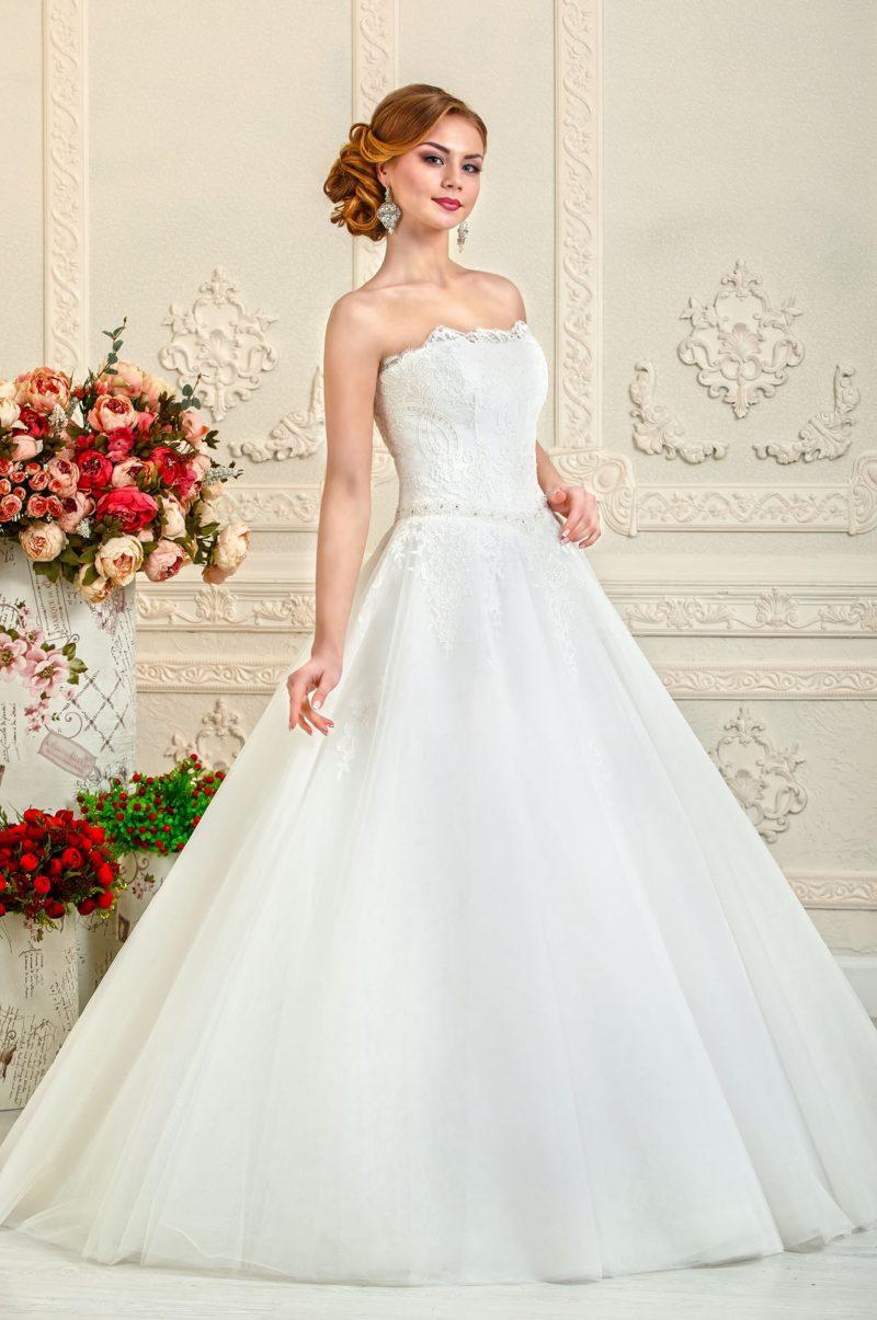 Свадебное платье А-силуэта с открытым корсетом и лифом прямого кроя.