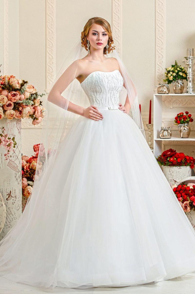 Пышное свадебное платье с открытым корсетом, покрытым вышивкой из бисера.