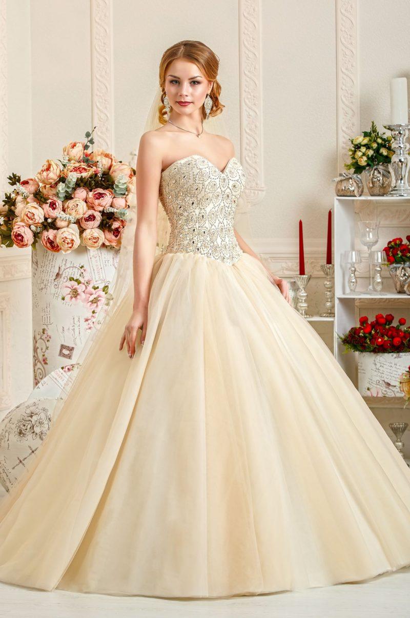 Свадебное платье золотистого цвета с расшитым бисером корсетом.