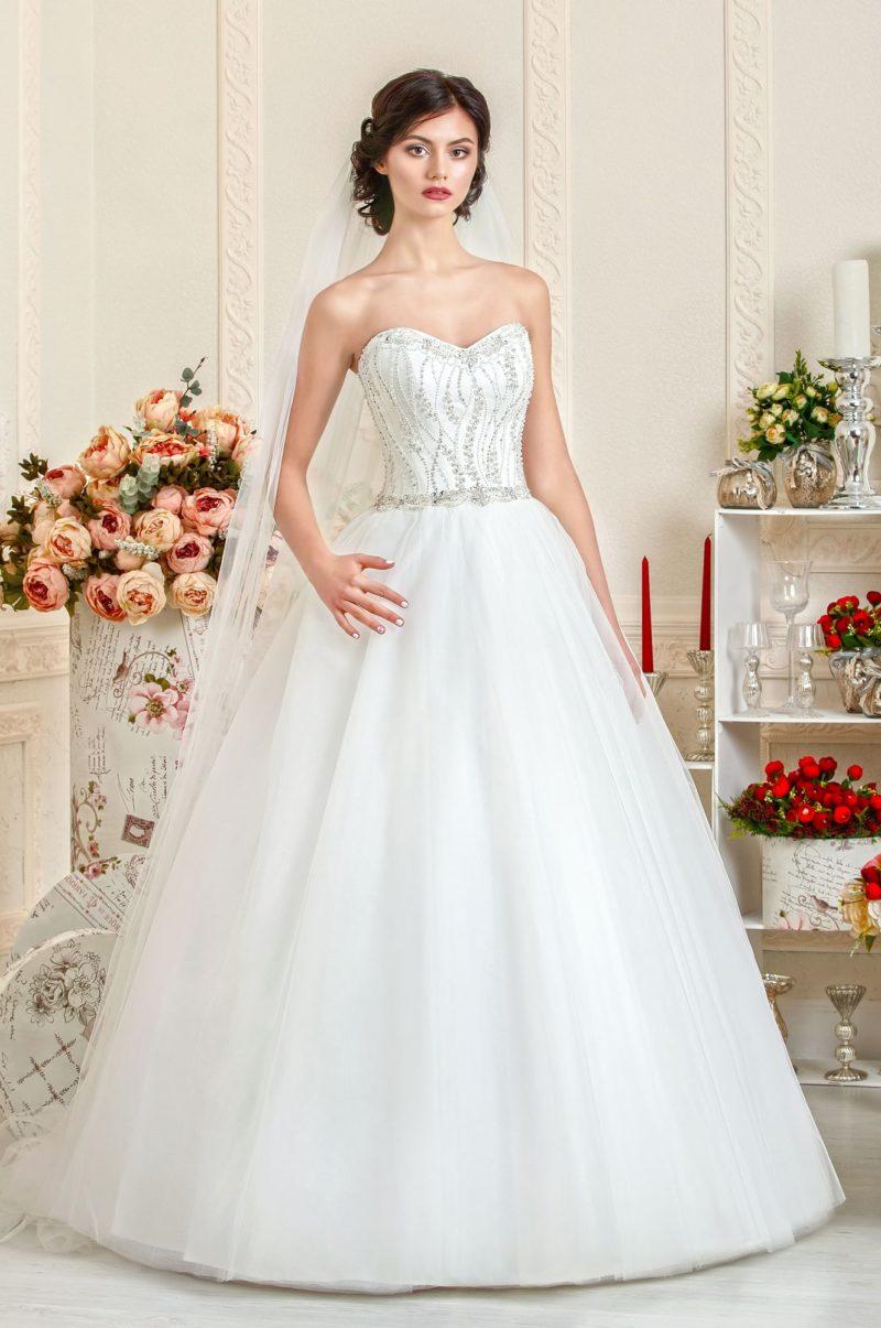 Свадебное платье с силуэтом «принцесса» и корсетом, расшитым бисером.