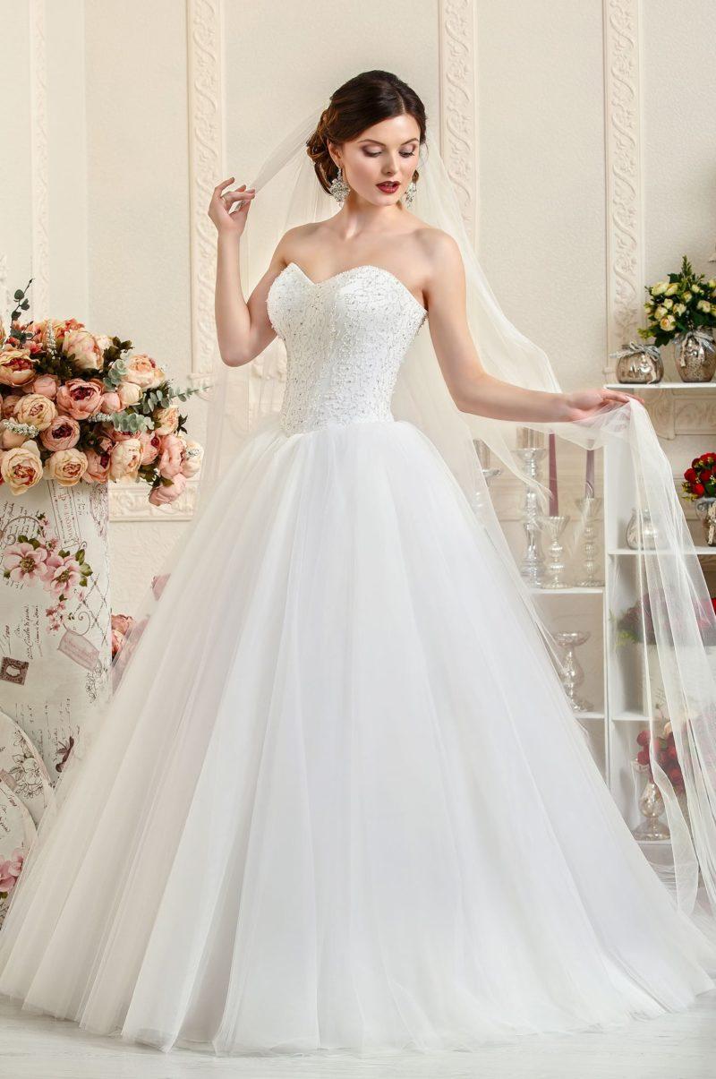 Свадебное платье с атласным корсетом, украшенным бисерной вышивкой.