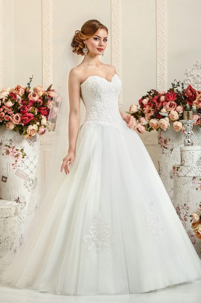 Открытое свадебное платье с пышным силуэтом и фактурной кружевной отделкой.