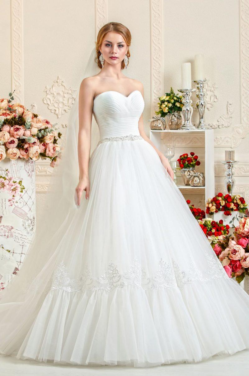 Открытое свадебное платье 2017 с женственным корсетом, покрытым драпировками.