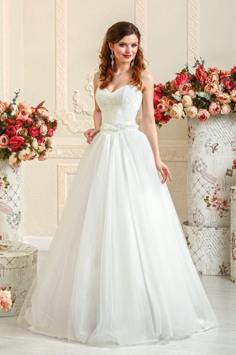 Пышное свадебное платье с открытым корсетом и атласным поясом.