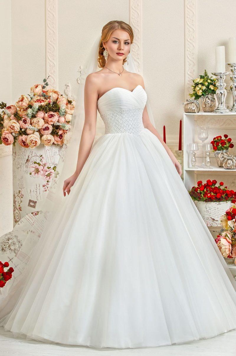 Изящное свадебное платье с широкой полосой бисерной вышивки по талии.