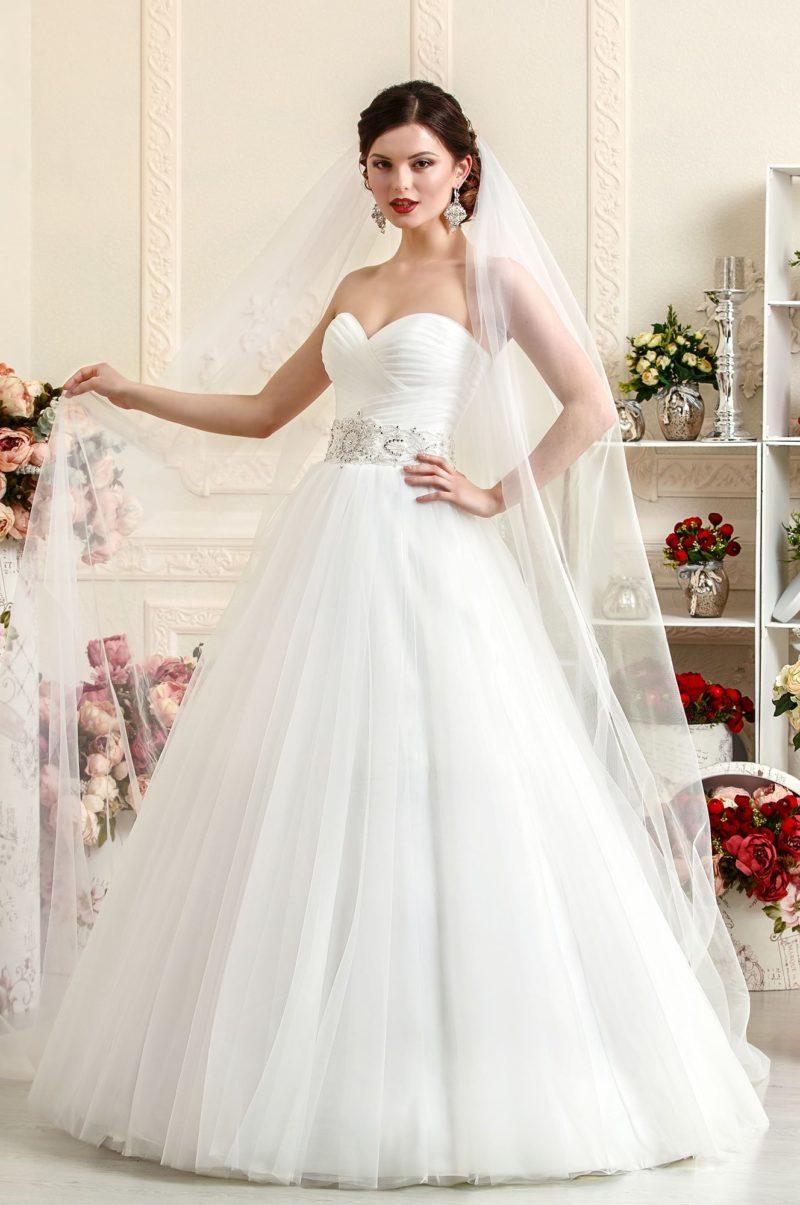Открытое свадебное платье А-силуэта с изящным корсетом, покрытым драпировками.