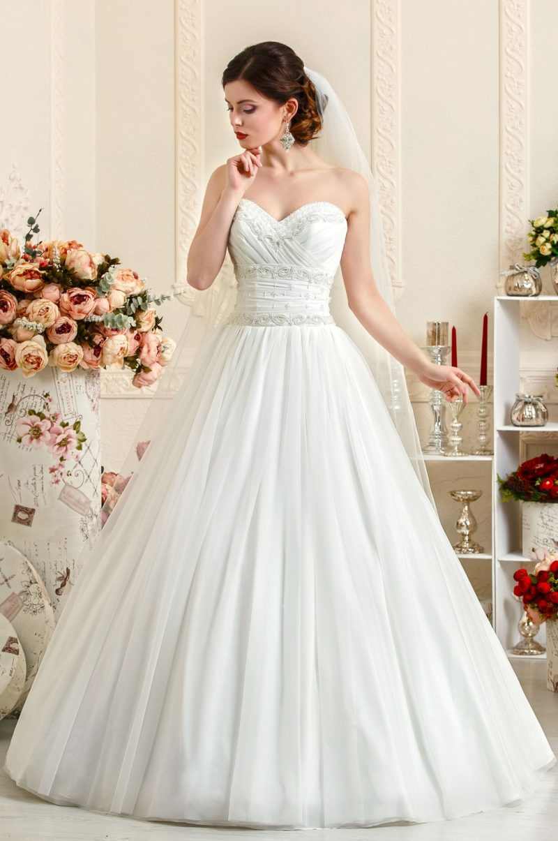 Классическое свадебное платье А-силуэта с открытым корсетом, покрытым драпировками.