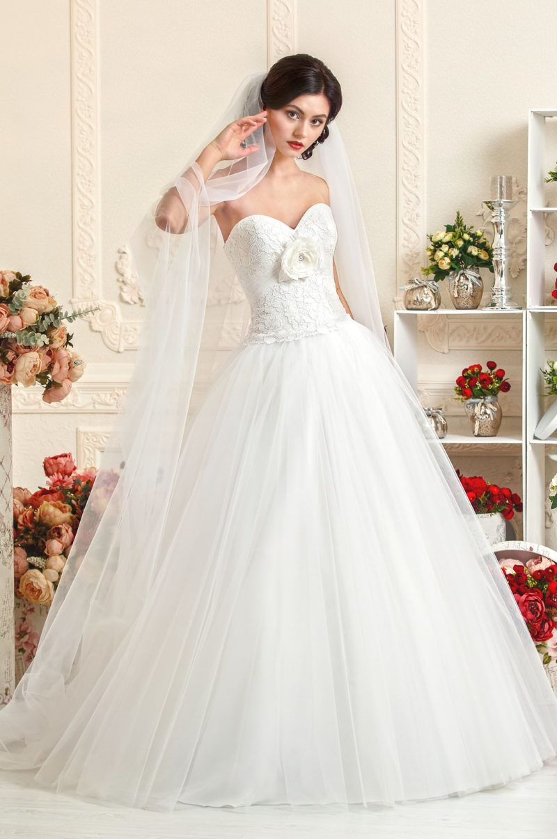 Романтичное свадебное платье с кружевным корсетом, украшенным объемным бутоном.