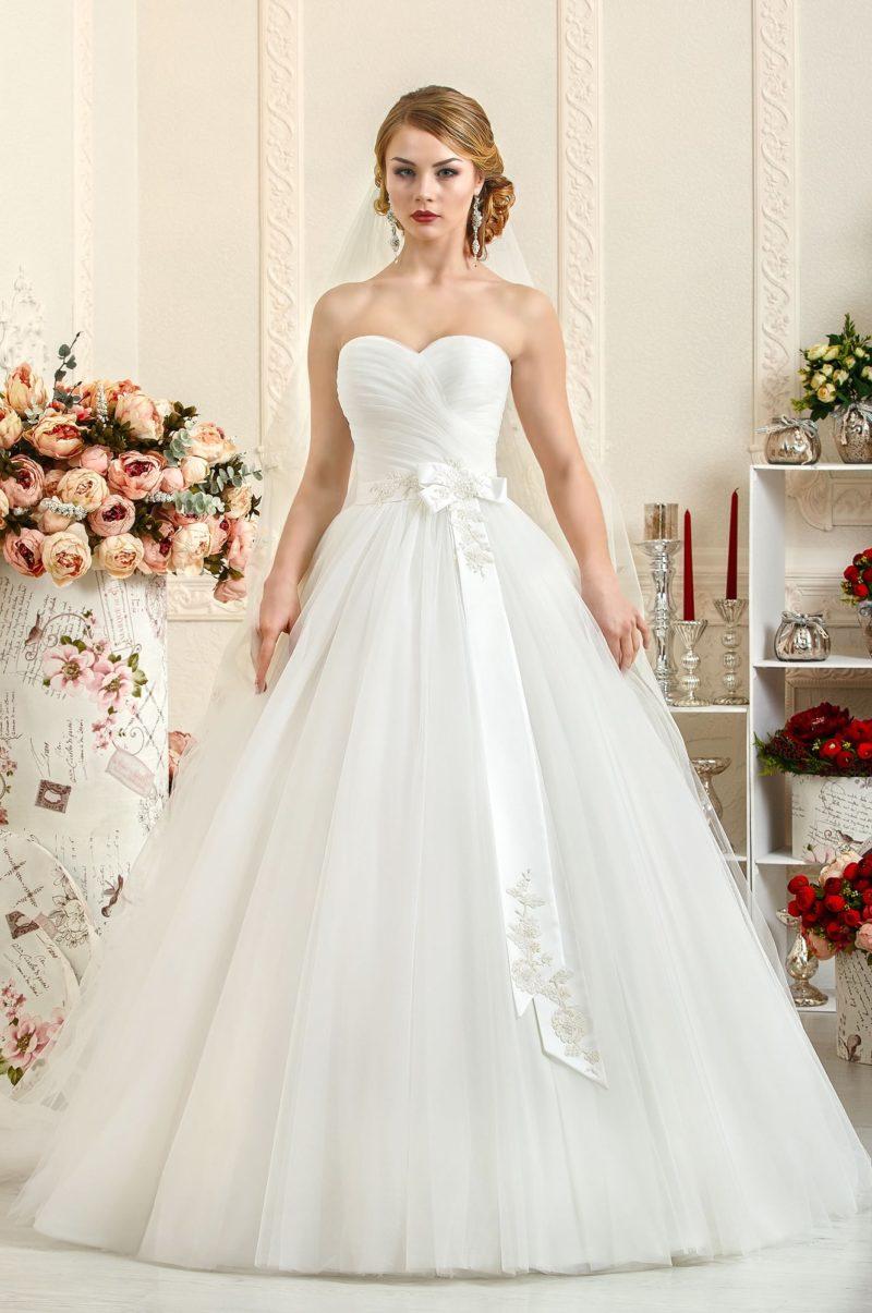 Открытое свадебное платье с драпировками на корсете и широким атласным поясом.