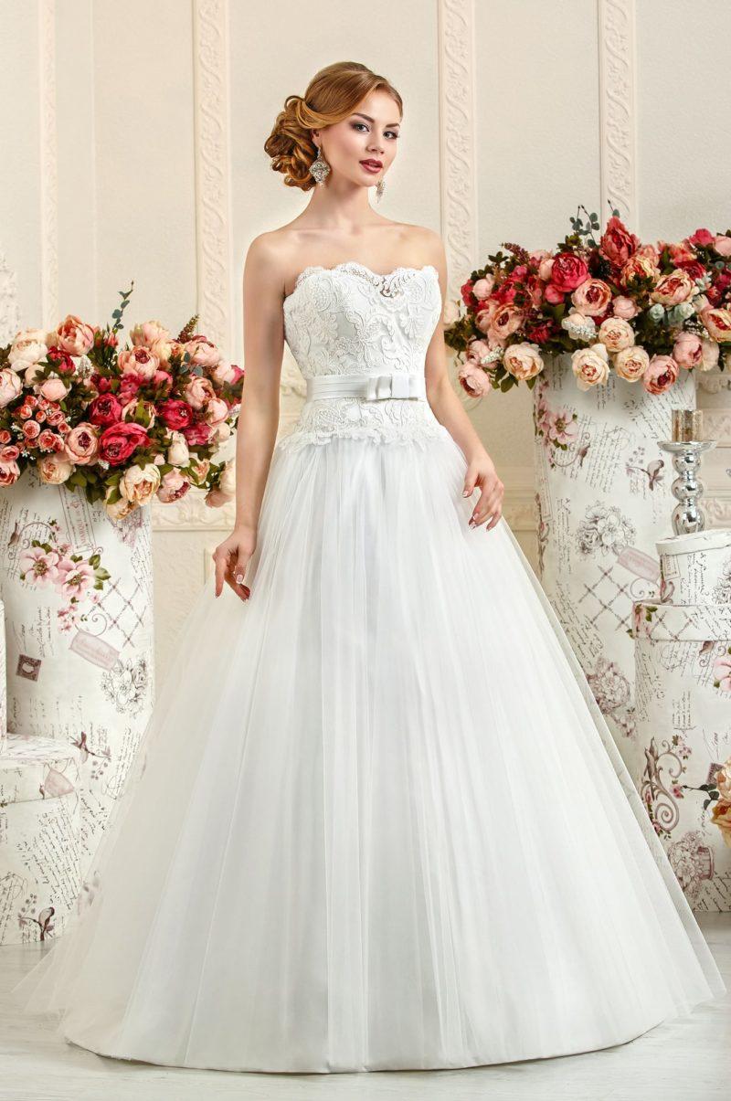 Нежное свадебное платье с крупным кружевом на открытом корсете.