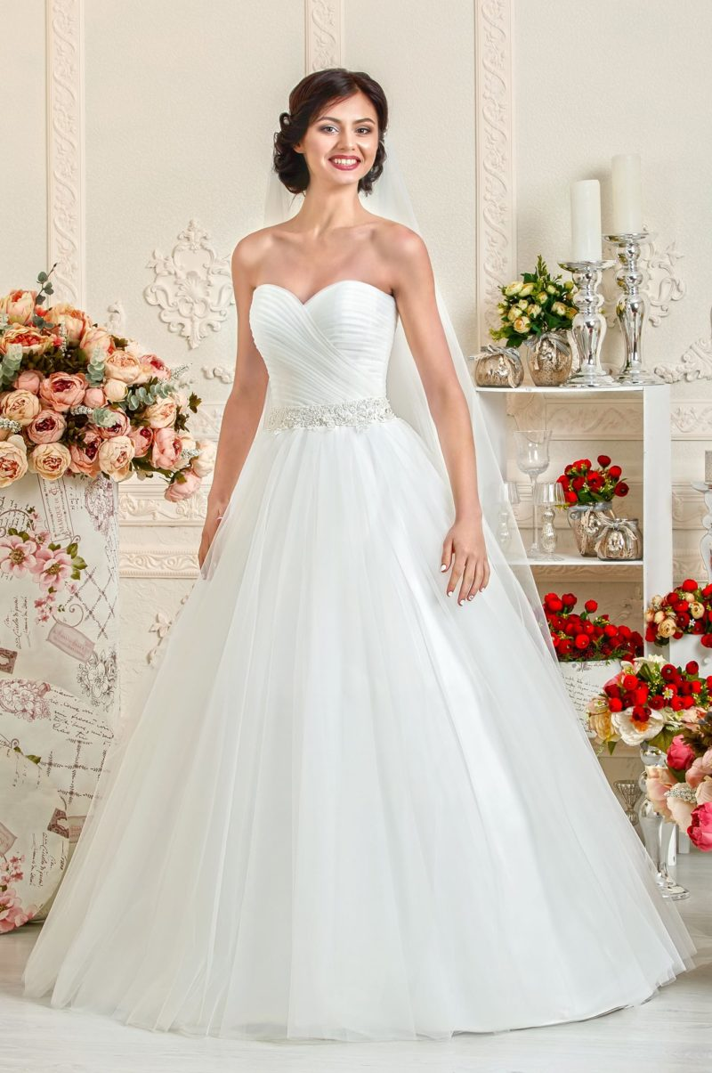 Открытое свадебное платье с силуэтом «принцесса» и драпировками на корсете.