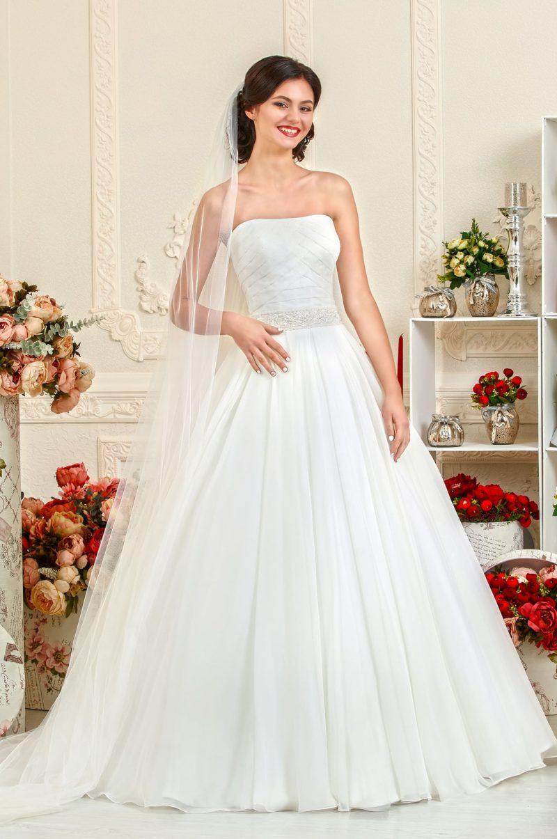 Лаконичное свадебное платье с открытым декольте прямого кроя.