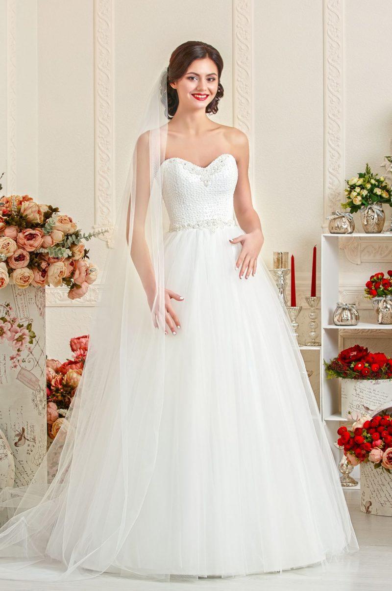 Свадебное платье с открытым корсетом из фактурной ткани.