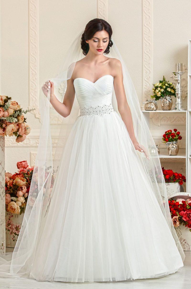 Открытое свадебное платье «принцесса» с драпировками на корсете.