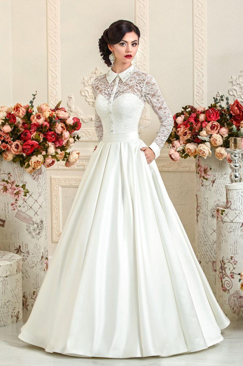 Атласное свадебное платье с длинным рукавом и острым воротником.