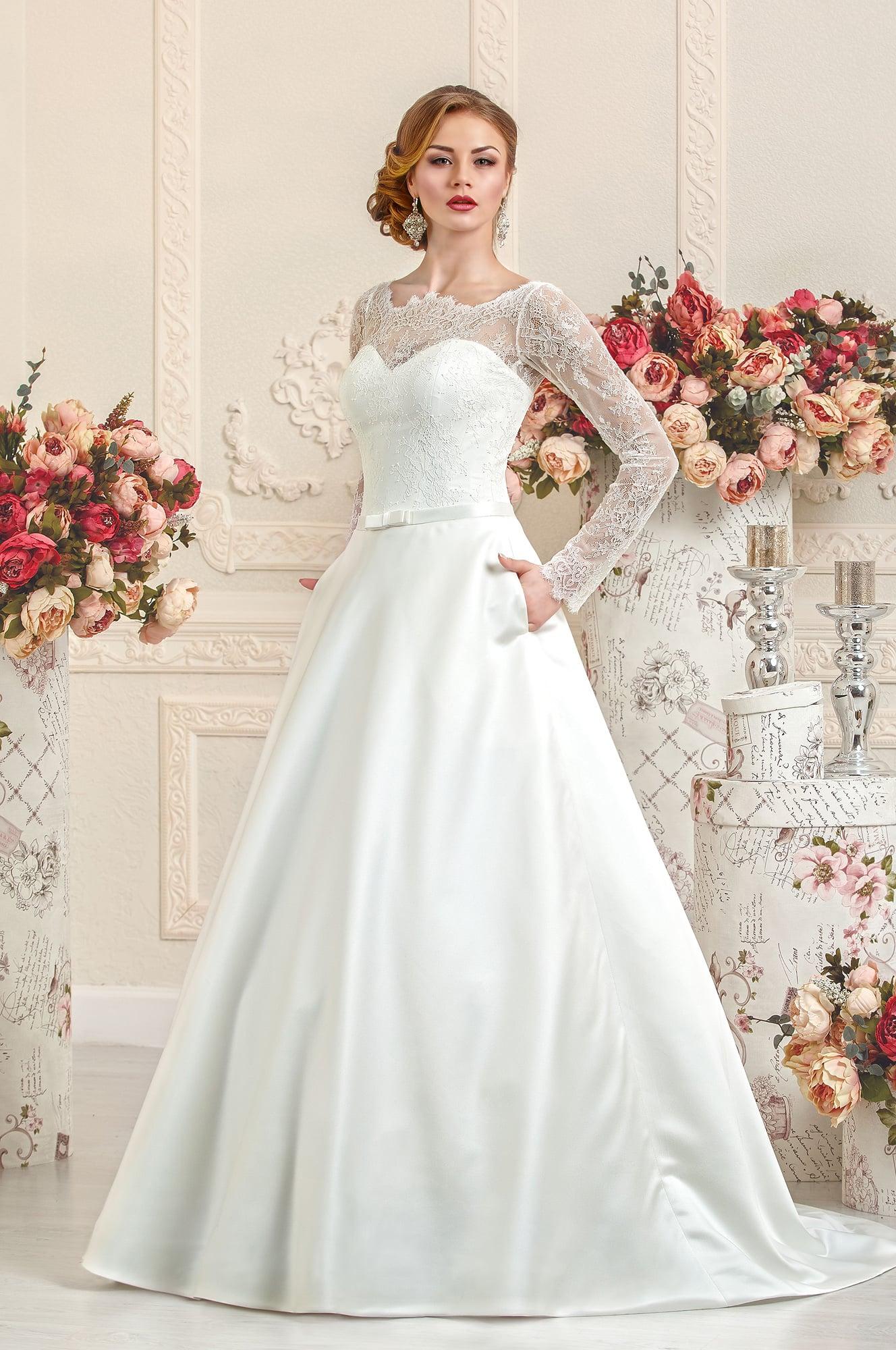 Свадебное платье с силуэтом «принцесса» с атласной юбкой со шлейфом.