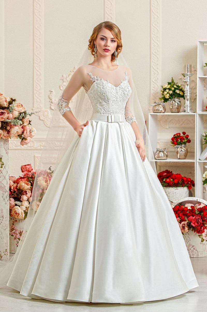 Атласное свадебное платье А-силуэта с цветочной вышивкой на корсете.
