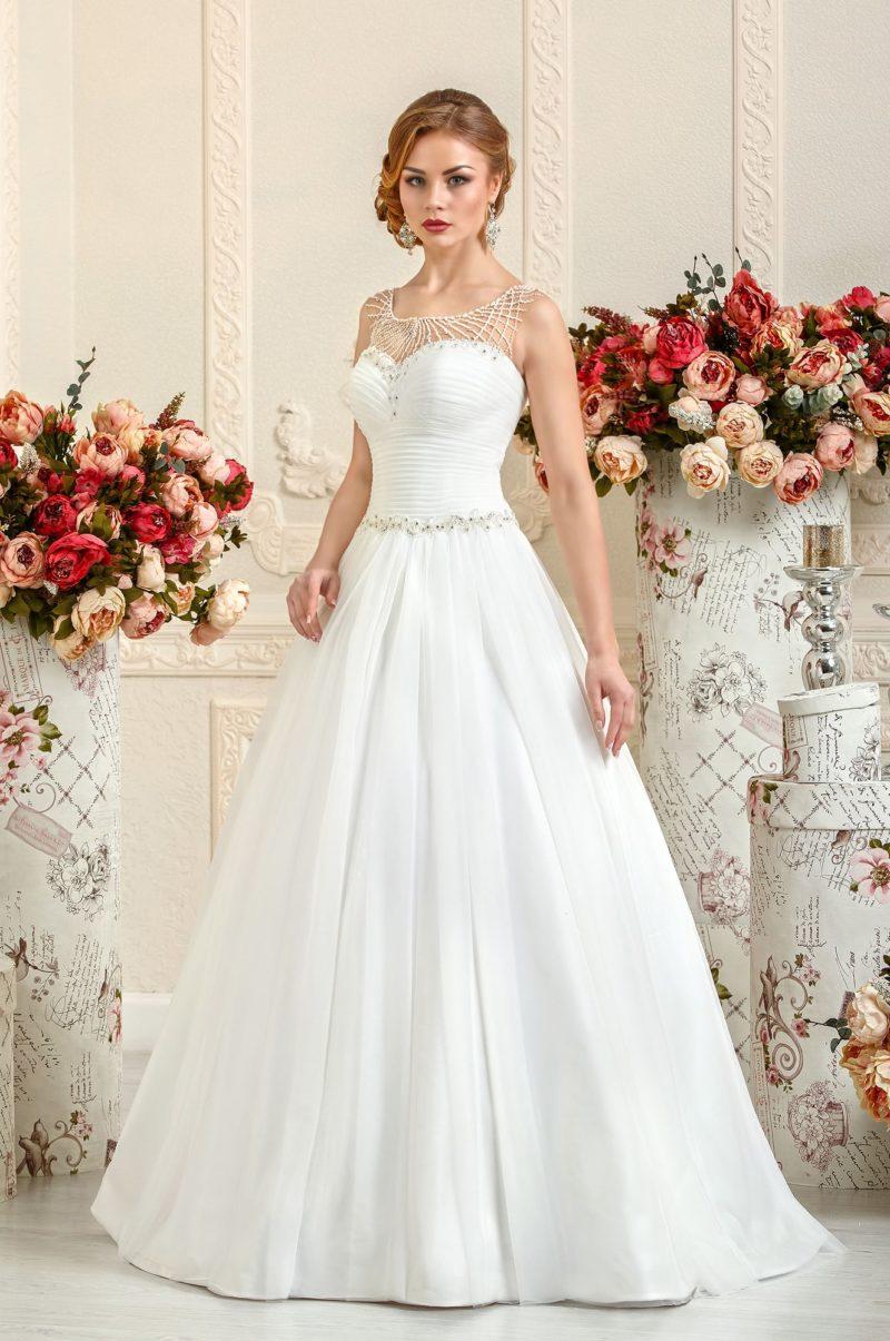 Свадебное платье А-силуэта с бисерной отделкой декольте.