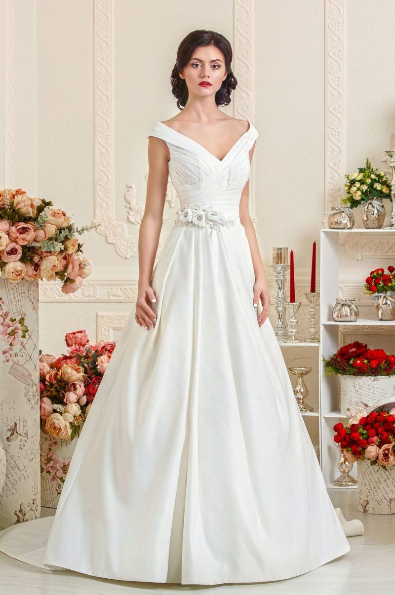 Пышное атласное платье с V-образным декольте и длинным шлейфом.