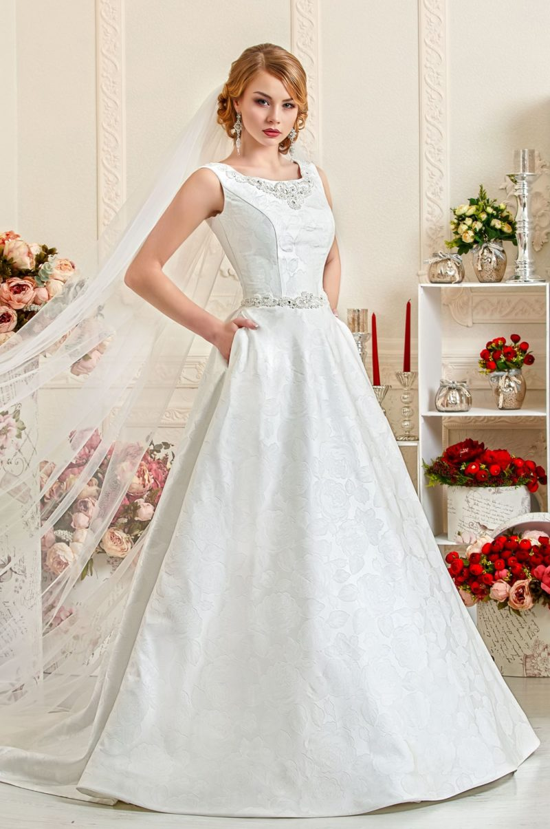 Свадебное платье с силуэтом «принцесса» из плотной ткани с цветочным рисунком.