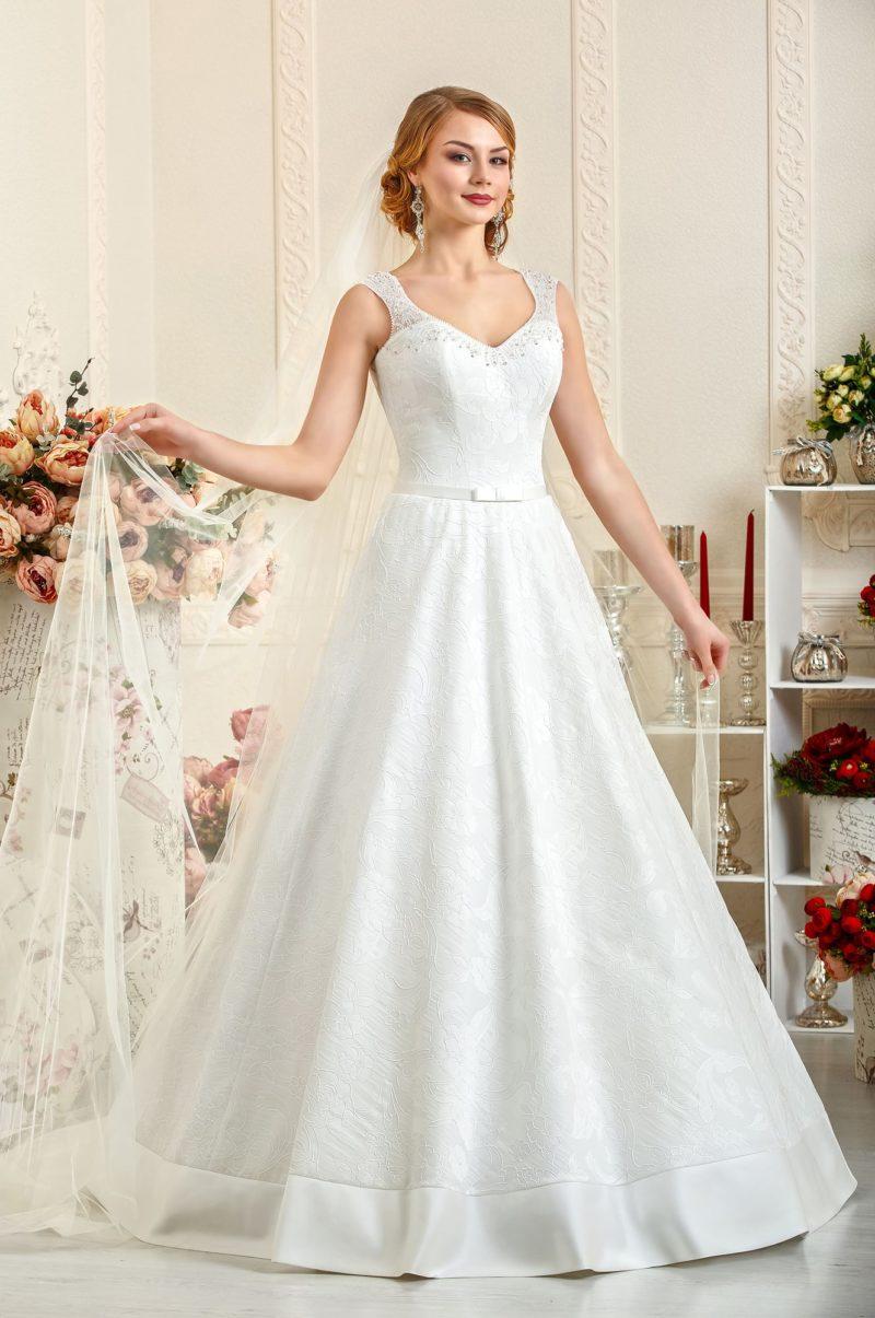 Свадебное платье «принцесса» из атласа, по всей длине покрытого слоем ажурной ткани.