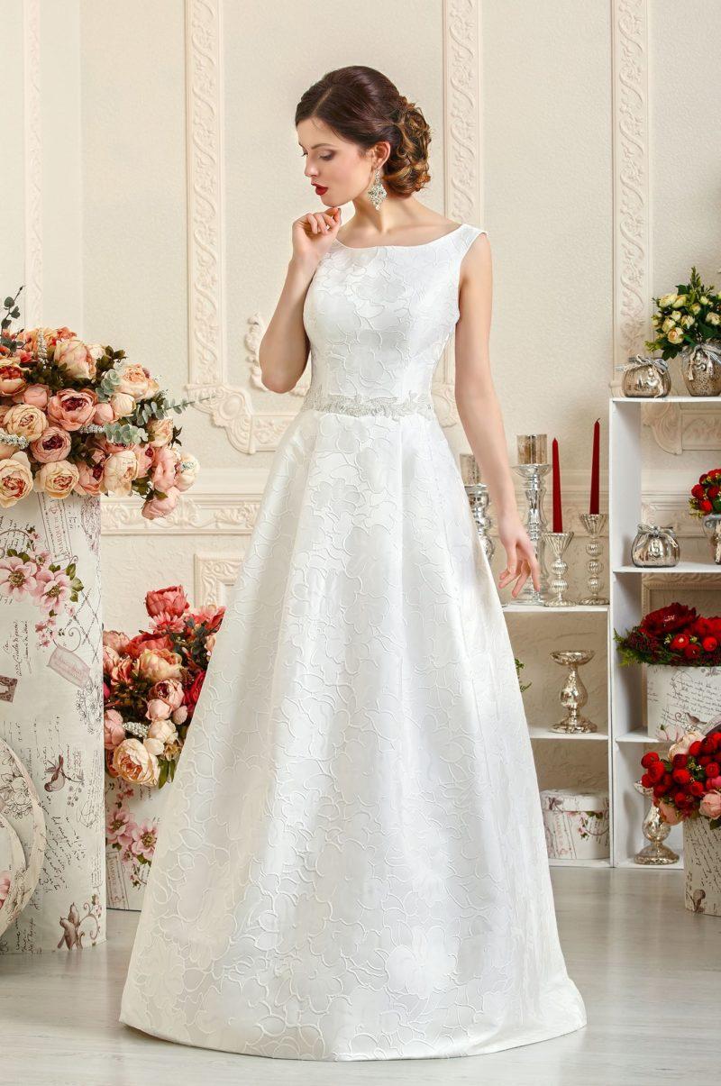 Элегантное свадебное платье с вырезом лодочка из плотной фактурной ткани.