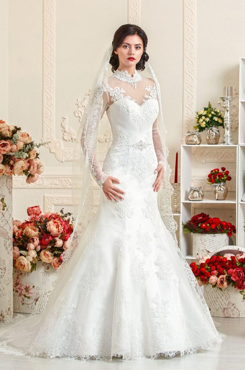 Закрытое свадебное платье с силуэтом «рыбка» с воротником-стойкой из кружева.