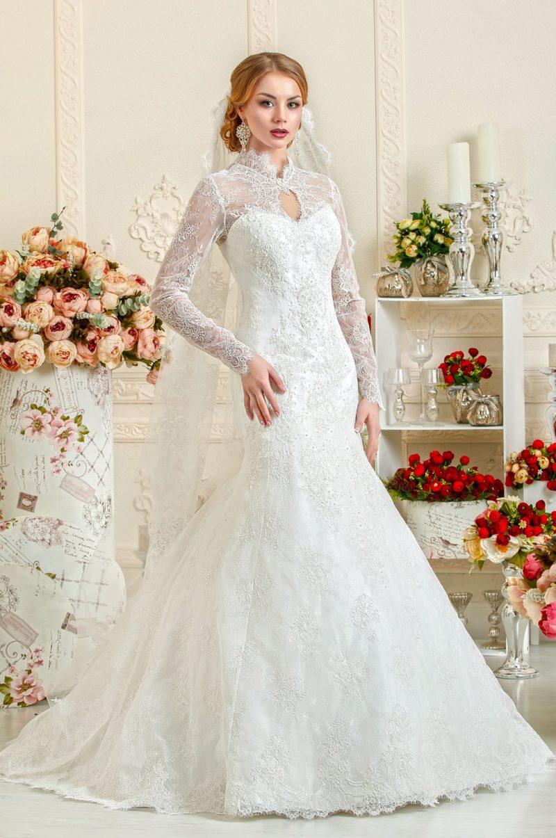 Закрытое свадебное платье с воротником-стойкой и кружевными рукавами.