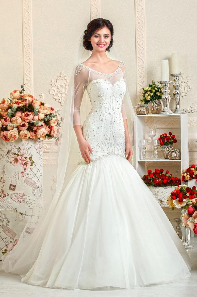 Свадебное платье силуэта «русалка» с длинным рукавом и бисерной вышивкой.