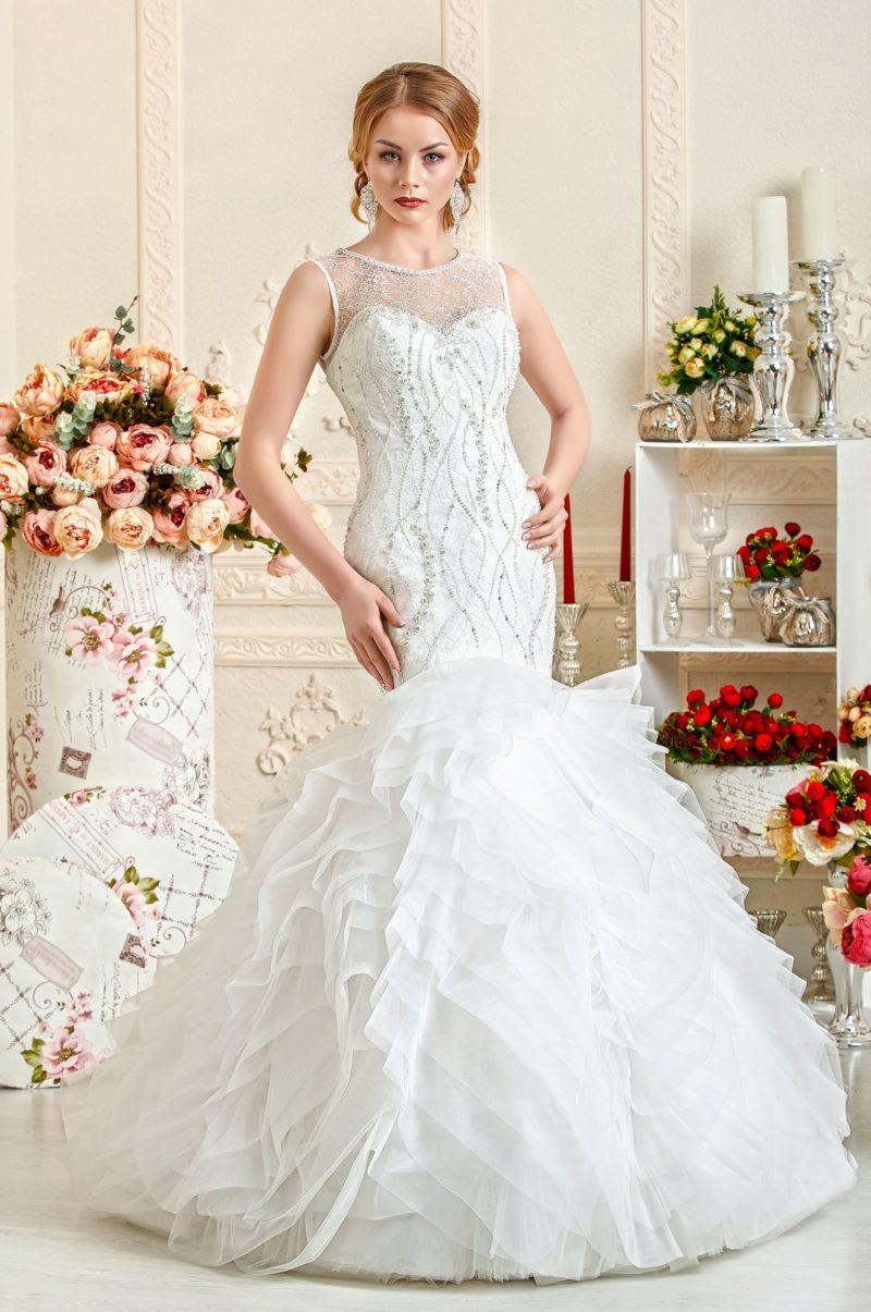 Свадебное платье «рыбка» с юбкой, покрытой полупрозрачными оборками.