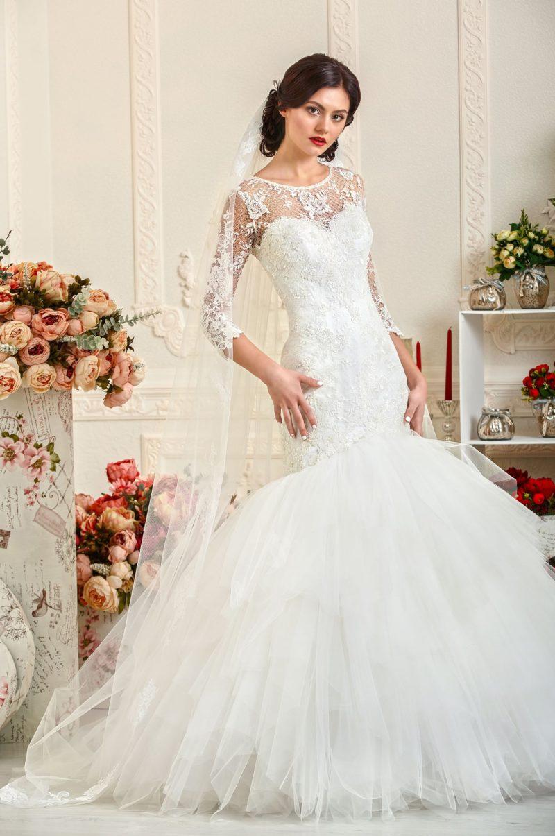 Свадебное платье силуэта «рыбка» с отделкой сетчатой тканью над лифом.