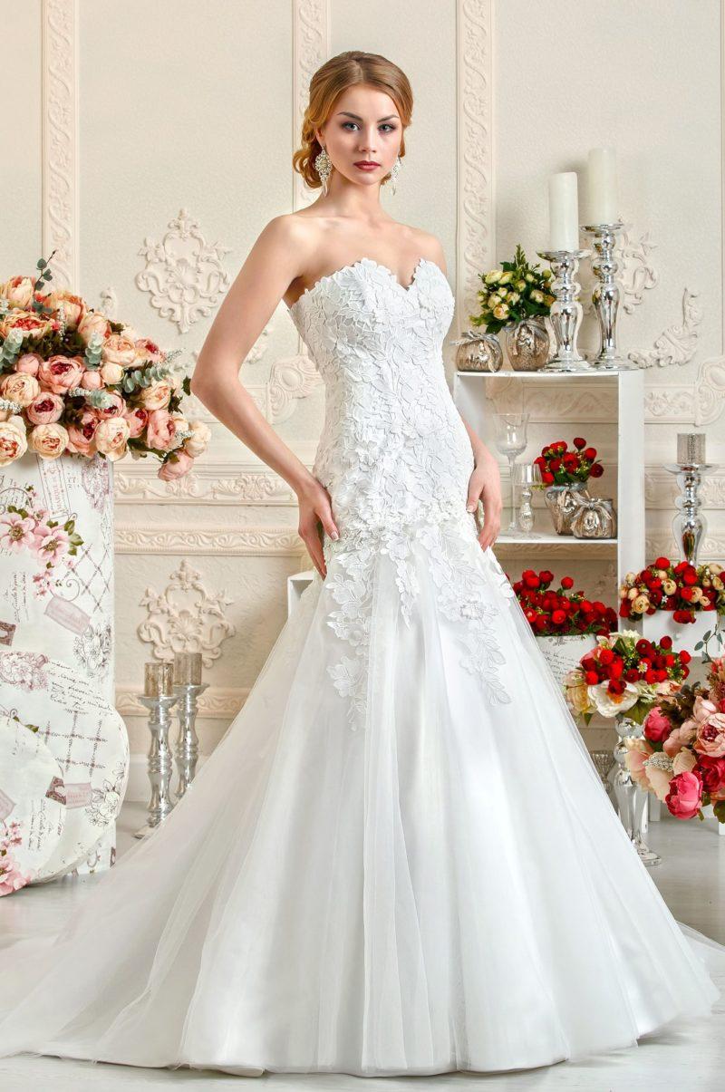Открытое свадебное платье силуэта «русалка» с верхом, покрытым кружевом.