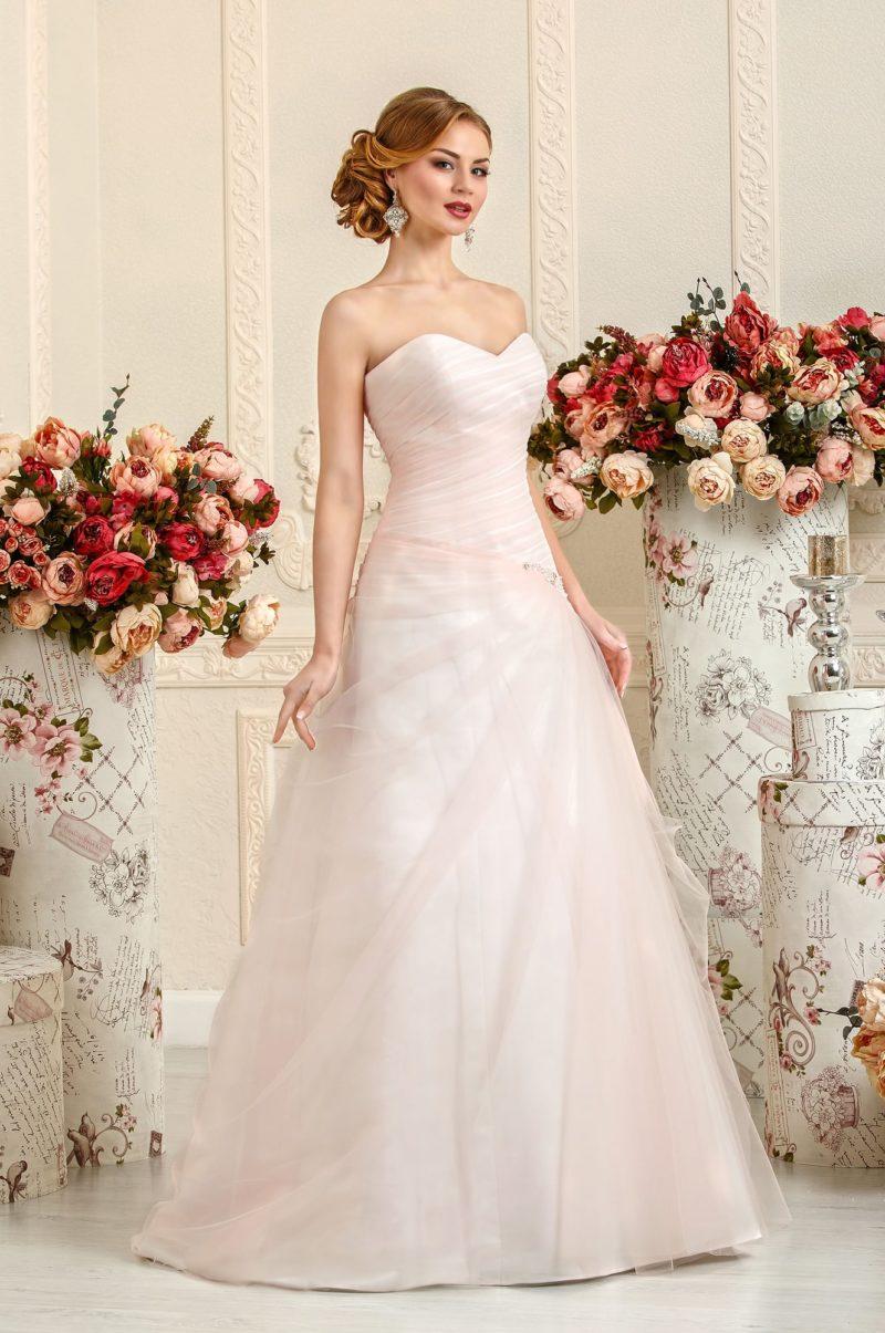 Розовое свадебное платье с декором из полупрозрачных драпировок ткани.
