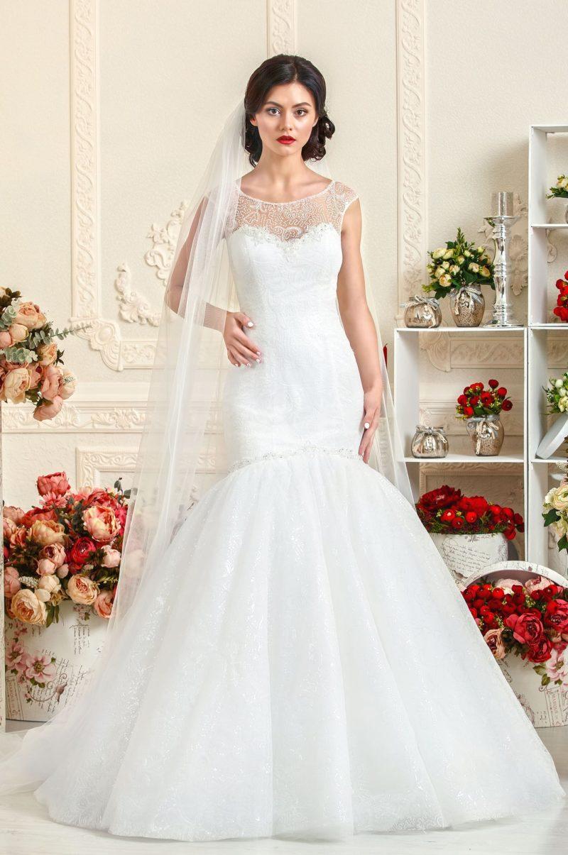 Женственное свадебное платье силуэта «рыбка» с ажурной вставкой над лифом.