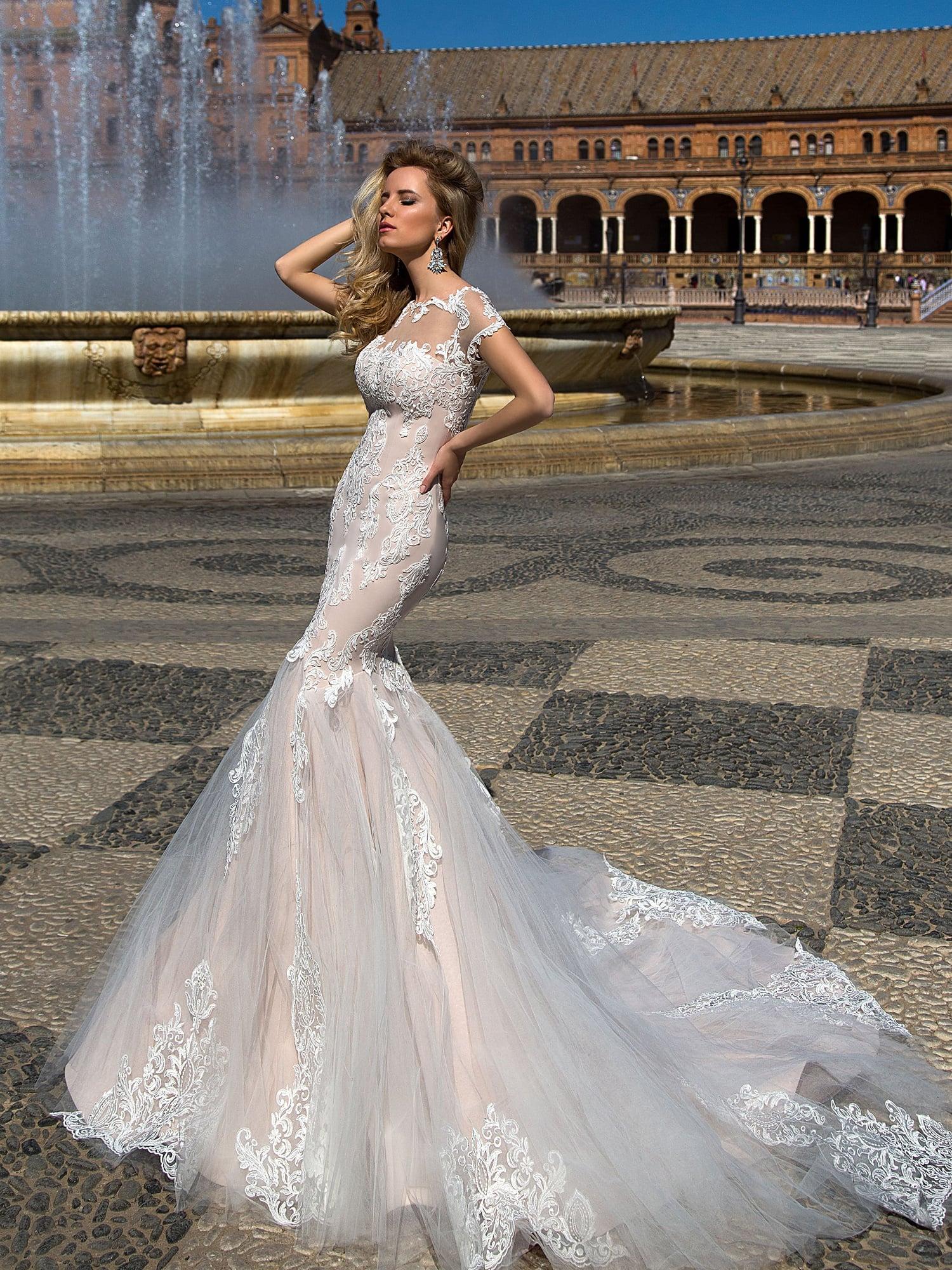 b58d898cab0345 Свадебное платье силуэта «рыбка» с бежевой подкладкой под слоем белого  кружева.