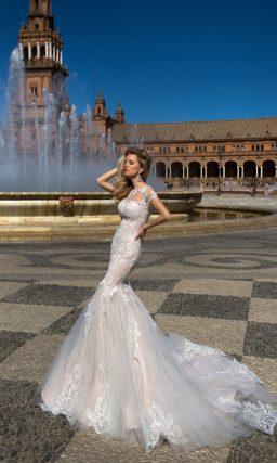 Свадебное платье силуэта «рыбка» с бежевой подкладкой под слоем белого кружева.