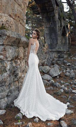 Свадебное платье «рыбка» с пышной верхней юбкой и ажурным оформлением лифа.