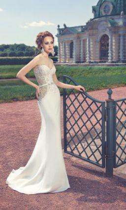 Прямое свадебное платье с V-образным вырезом, кружевным декором и шлейфом.